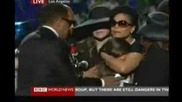 Помен за Джако: Парис Джексън дъщерята на Майкъл казва последно сбогом плачейки