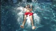 Пльосване в басейн на забавен каданс - The Slow Mo Guys