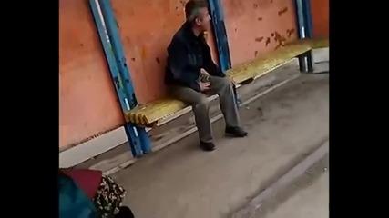 Няма такъв цирк! Пияница се самонокаутира, а бабката го довърши!