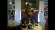 Смях бебе танцува