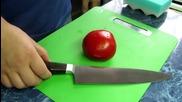 Рязане на домат с нож остър като бръснач