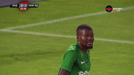 Жоржиньо прати топката в мрежата на Локо, но голът бе отменен