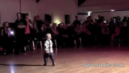 Хлапе обра аплодисментите на публиката с танца си ..