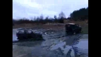 Уаз Издърпва Suzuki От Калта