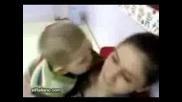 Смях! - Бебе пуска език на майка си!