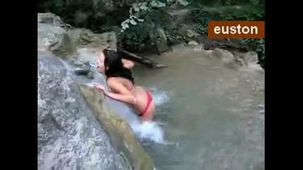 Секси майка на водопад