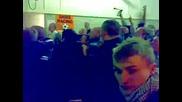Феновете на Stoke City метат ботилки по полицията