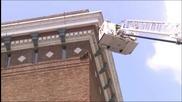 Спасяване на енот покачил се на върха на сграда