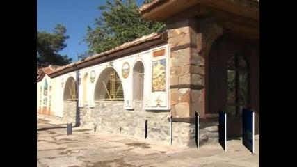Архитект изрисува реплики на женски портрети от картини на Майстора на оградата си в Пловдивското село Златитрап
