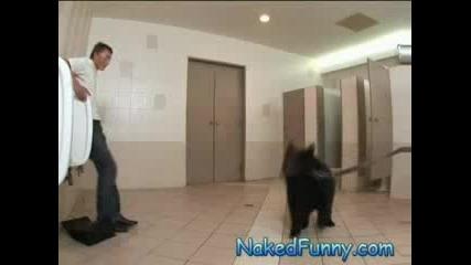 Мъже Влизат да се изпикат и се показва мечка!! хахаха