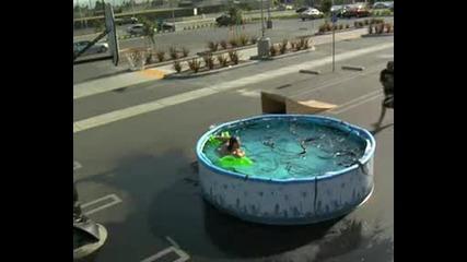 Коби Браянт прескача басейн пълен със змии