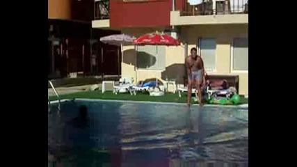 Състезание по плуване с много фалстарта...много смях!!!