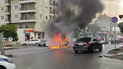 Кола изгоря на столичен булевард