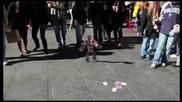 Зрелищен фокус с карти на улица Таймс Скуеър