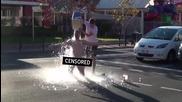 Да направиш Ice Bucket Challenge чисто гол на публично място