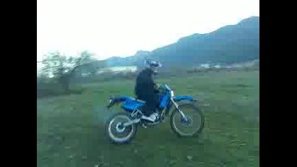 С мотора в тревата :d