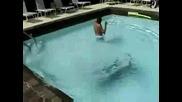 Момче скача в басейн, остава без ...