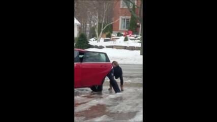 Смях! Тази жена се опитва да влезе в колата си..
