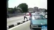Супер тъпи китайци се бият на магистрала! - смях