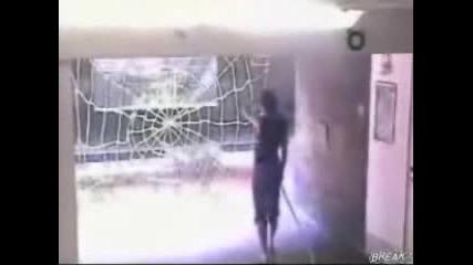 Скрита Камера - Мъж Напада Жена