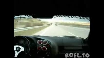 Toyota Supra полудява на магистралата и прави мотористите за смях