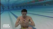 Мъж нарежда 3 Рубик кубчета за една минута под вода.