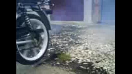 Малко пилене на гума на моторче