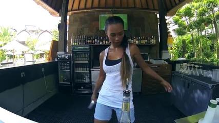 Атрактивна мацка професионален барман от Бали, Индонезия