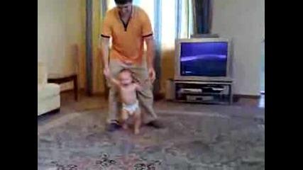 Човек Размята Бебето Си Като Кукла