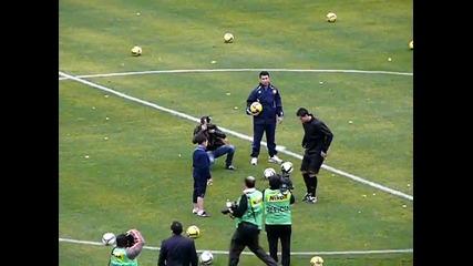 Дете шашна Роналдо, засенчвайки звездата при жонглиране с топка