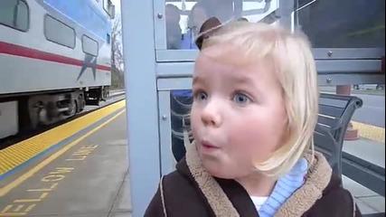 Първото качване на влак за едно дете