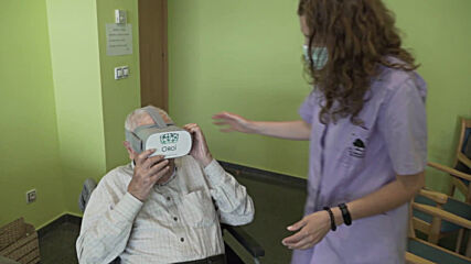 Spain: VR goggles take elderly from Catalan nursing home on a trip around the world