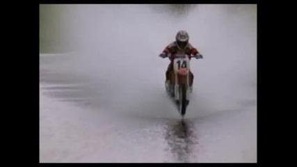Мотор каращ на повърхността на водата