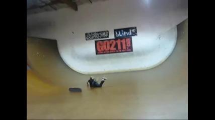 Скейтър си чупи главата