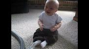 Бебето не може да спре, да се смее на прахосмукачка