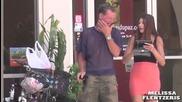 Момиче си сваля бельото пред хора защото е горещо