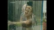 Скрита Камера - Жена Се Къпе В Тоелетната