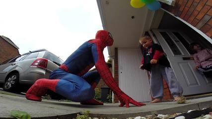Татко се облича като Спайдърмен, за да изненада сина си
