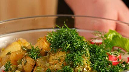 Зелена салата с пресни картофи
