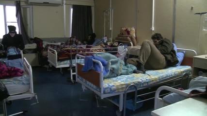 Бежанци получават хуманитарна помощ в болница в град Килис на границата между Турция и Сирия