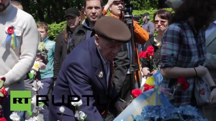 Ukraine: Hundreds lay flowers at the Tomb of Unknown Soldier in Kiev