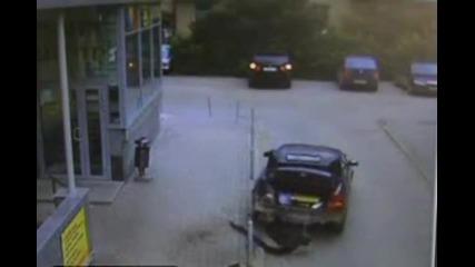 Некадърен шофьор разбива колата си