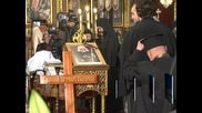 Десетки висши духовници, общественици, депутати и граждани отдават последна почит пред патриарх Максим