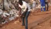 Мъж лови кобра с голи ръце по начин, който не сте виждали!