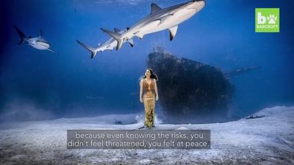 Модел се снима сред акули