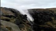 Вятърът е толкова силен, че връща водата нагоре по скалите
