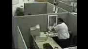 Мъж си чупи копютара ... xa - xa - xa - xa - xa ..