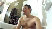 Мъж се къпе в Пепси