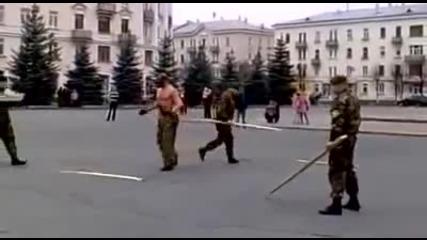 Традицията повелява! Вижте как приемат новобранци в руските специални части!
