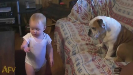 Малко бебе се обяснява на куче ;d